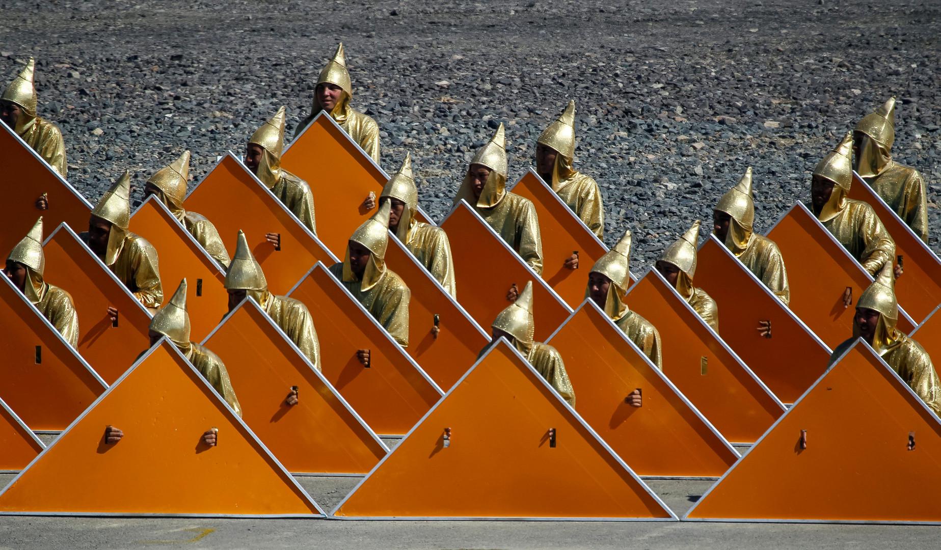 Служащие в праздничных костюмах на церемонии открытия Международных армейских игр в Казахстане.