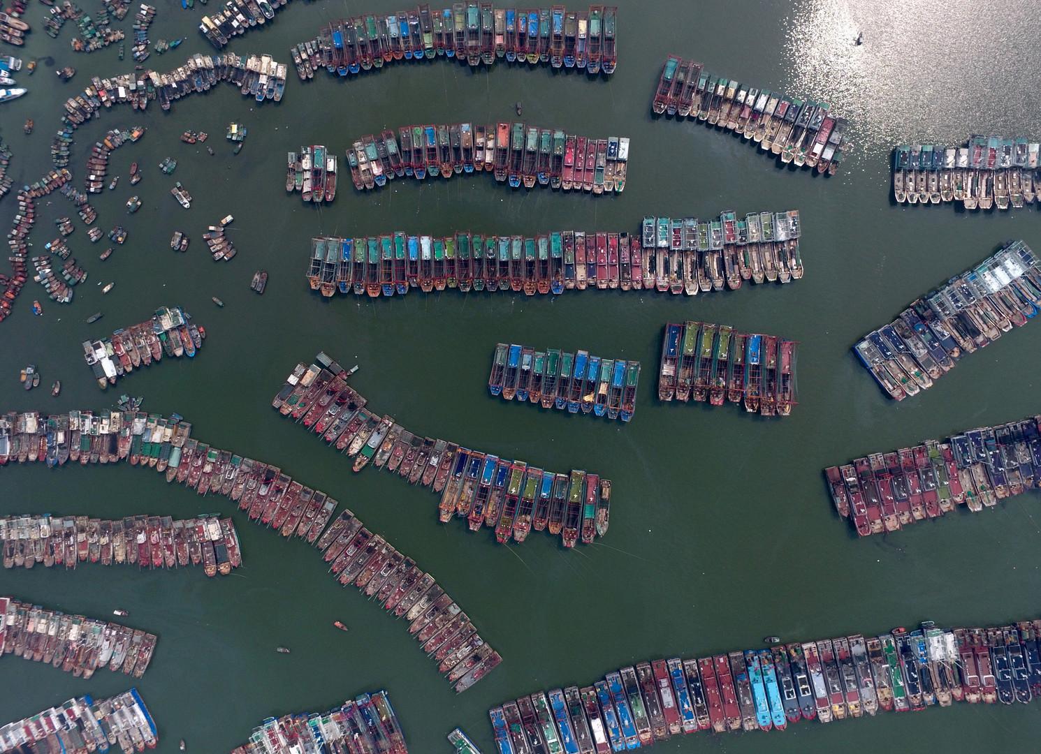 Рыбацкие лодки в порту Гуанчжоу во время тайфуна.