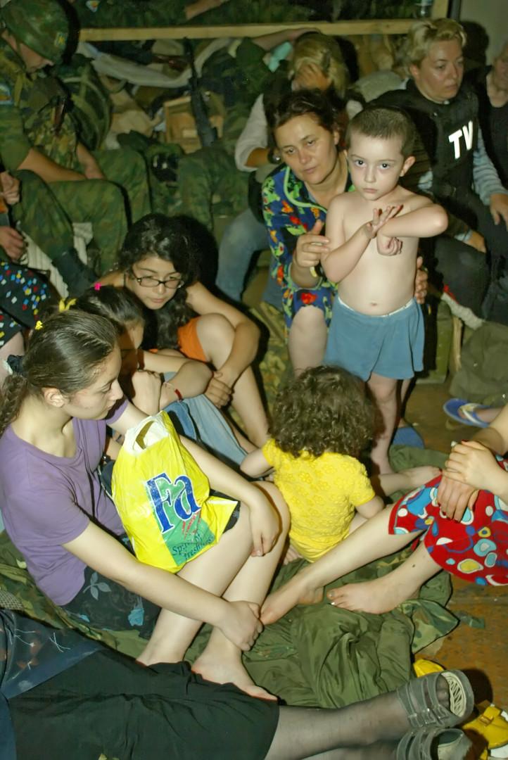 Жители Цхинвали во время артобстрела прячутся в подвале
