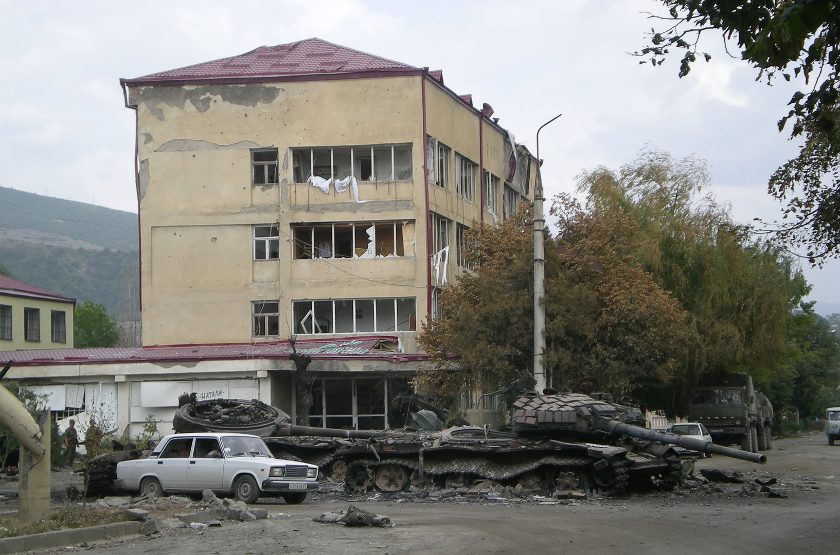 Разрушения в городе Цхинвал после обстрела