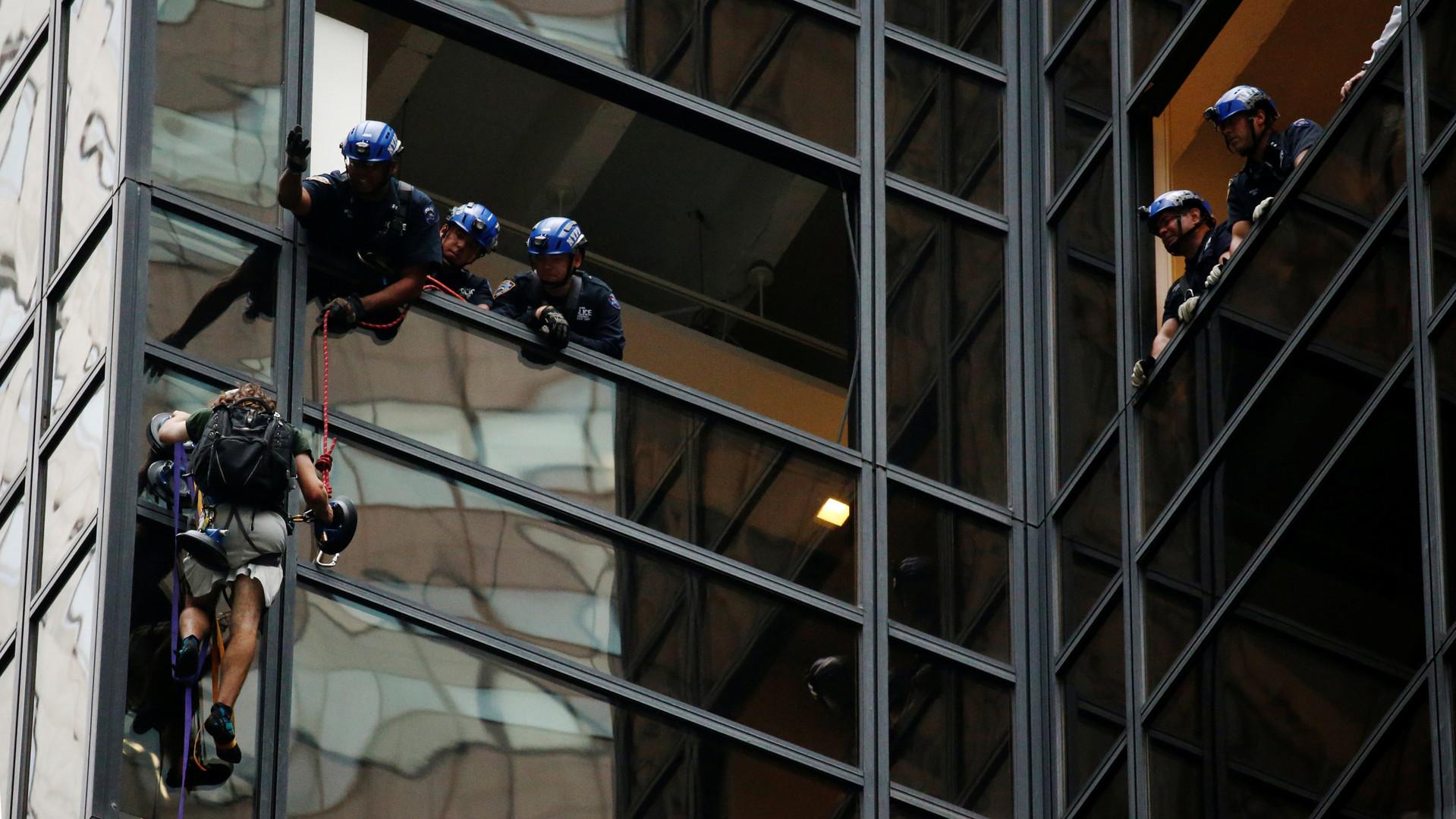 Мужчина взбирается на «башню Трампа» с помощью присосок, чтобы встретиться с миллиардером.