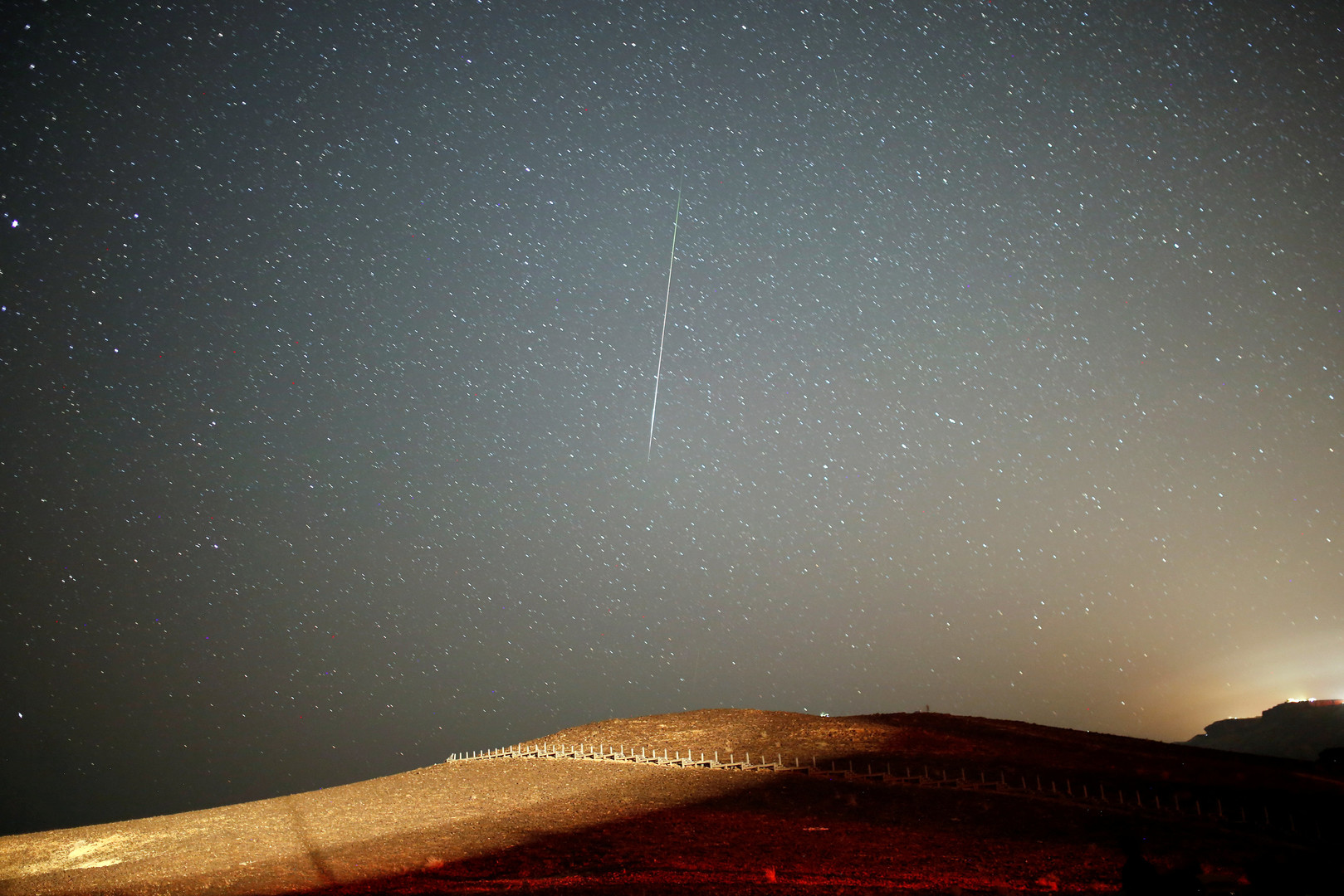 Метеорит из потока Персеиды в небе над Кратером Рамон на юге Израиля