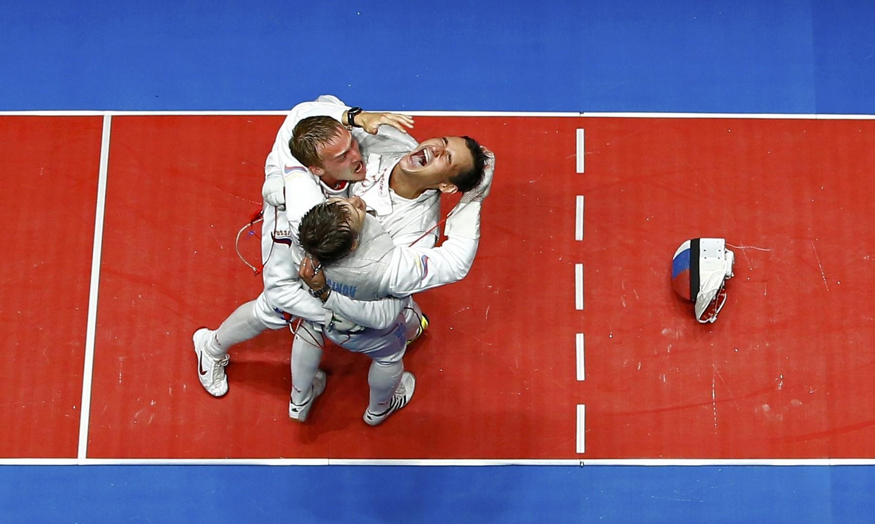 Российские фехтовальщики на рапирах радуются золотой медали на Олимпийских играх в Рио