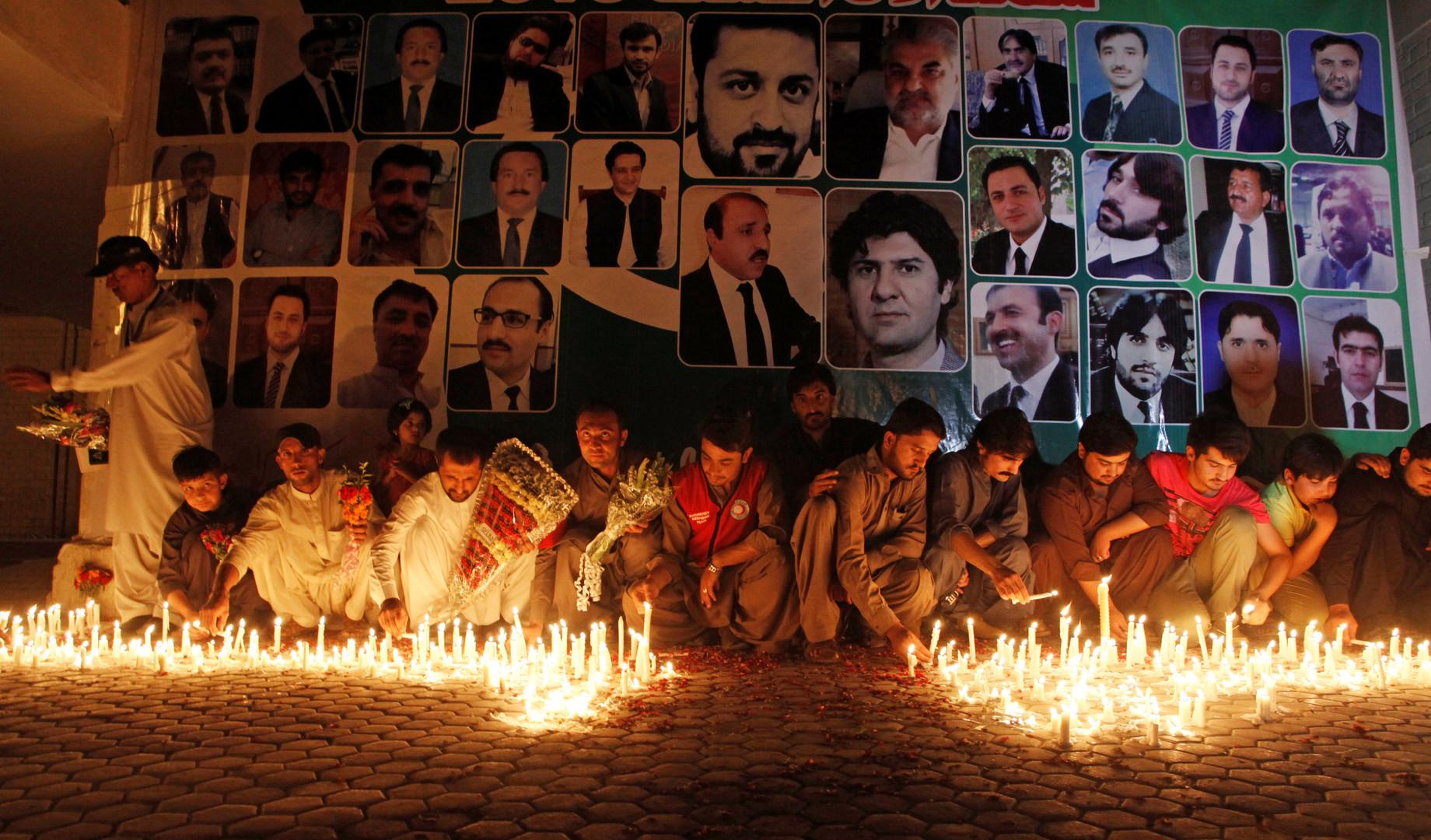 Жители пакистанского города Кветта зажигают свечи в память о юристах, погибших в результате взрыва в гражданском госпитале