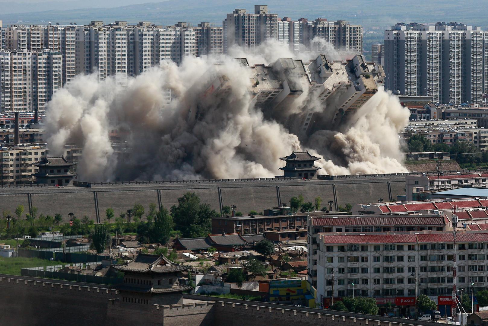 Контролируемый взрыв здания в китайском городе Датун провинции Шэньси, произведённый, чтобы защитить древнюю часть поселения