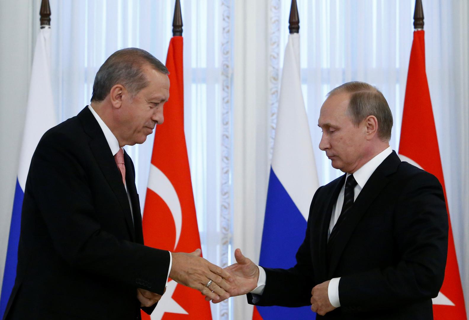 Рукопожатие президента РФ Владимира Путина и президента Турции Реджепа Тайипа Эрдогана после переговоров в Санкт-Петербурге 9 августа