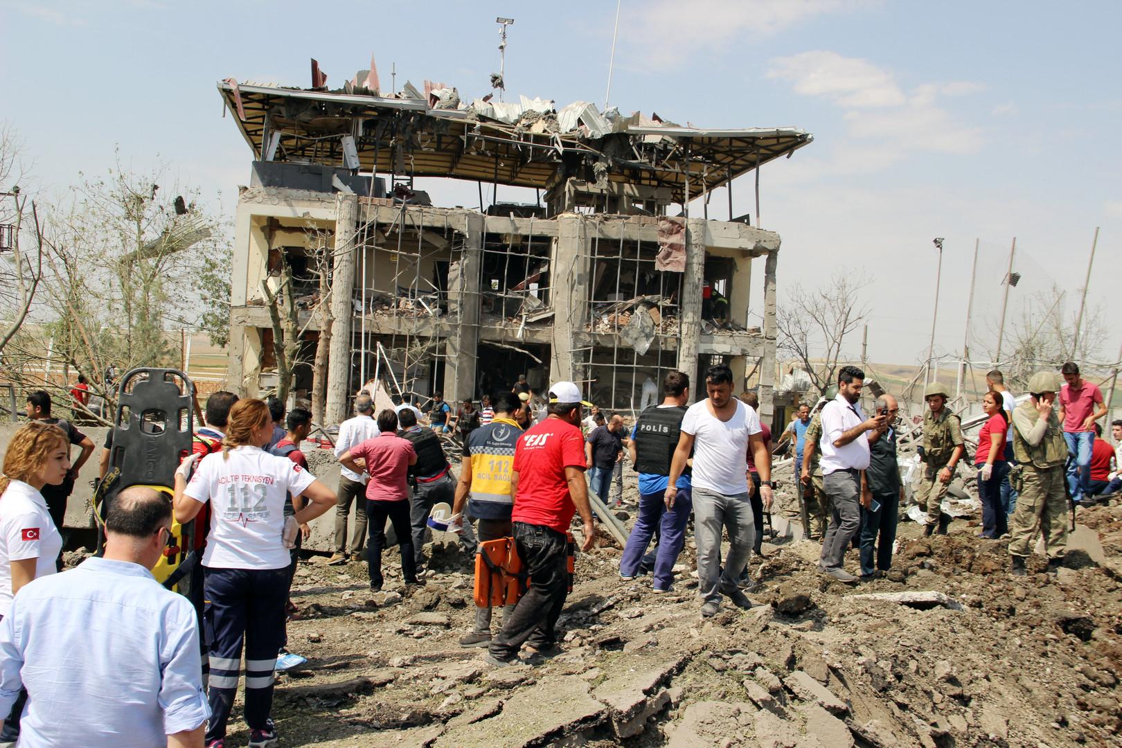 Солдаты, медики и спасатели на месте подрыва автомобиля у полицейского участка в турецком городе Диярбакыр. Жертвами взрыва стали три человека