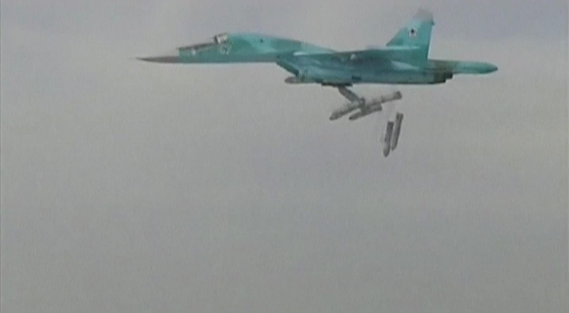 Кадр видеоролика, обнародованного Минобороны РФ, на котором показан российский бомбардировщик СУ-24. Самолет взлетел с иранской авиабазы Хамадан и направляется уничтожать цели террористов в сирийской провинции Дейр-эз-Заур