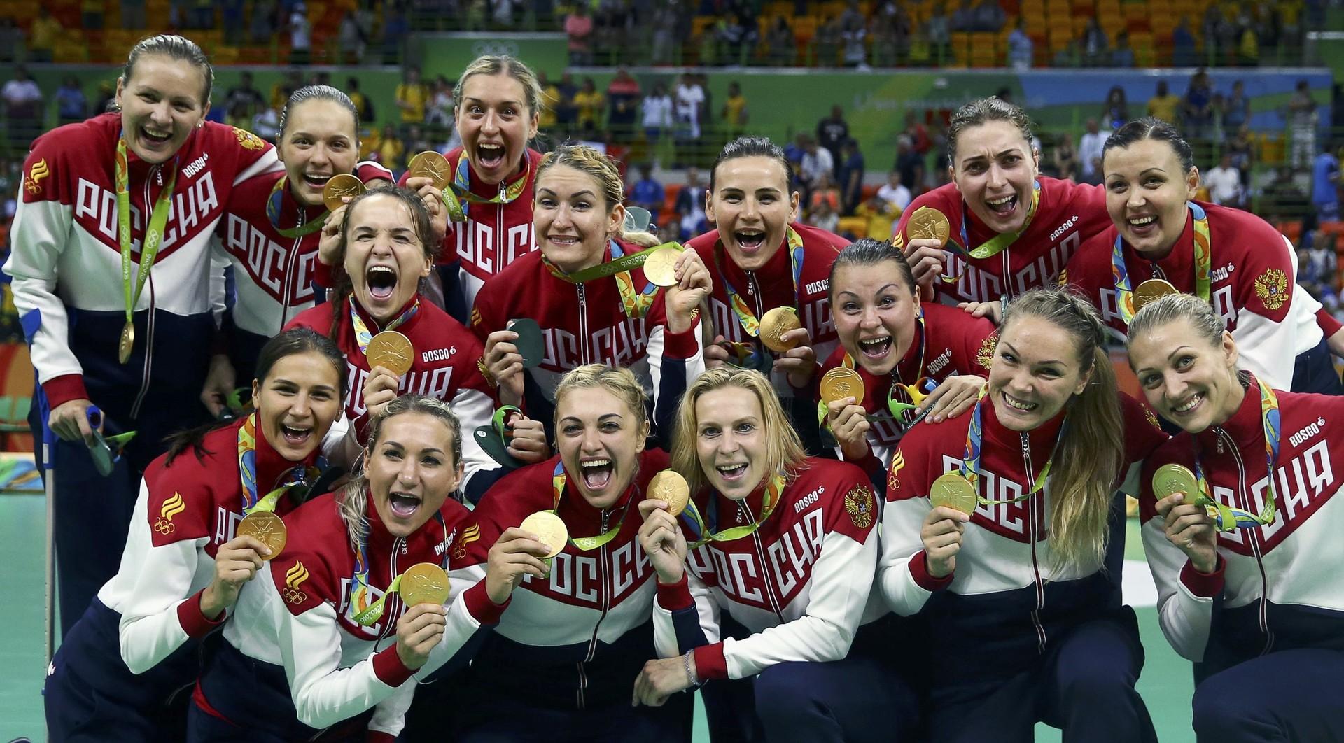 Российская команда по женскому гандболу позирует фотографам во время церемонии награждения победителей