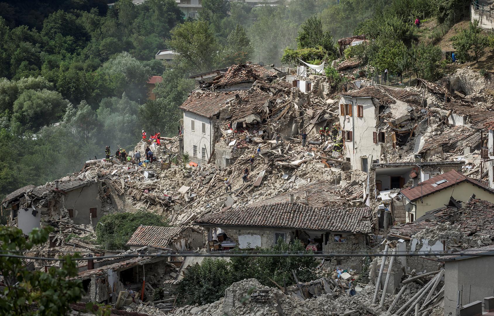 Спасатели после землетрясения в итальянском городе Пескара-дель-Тронто