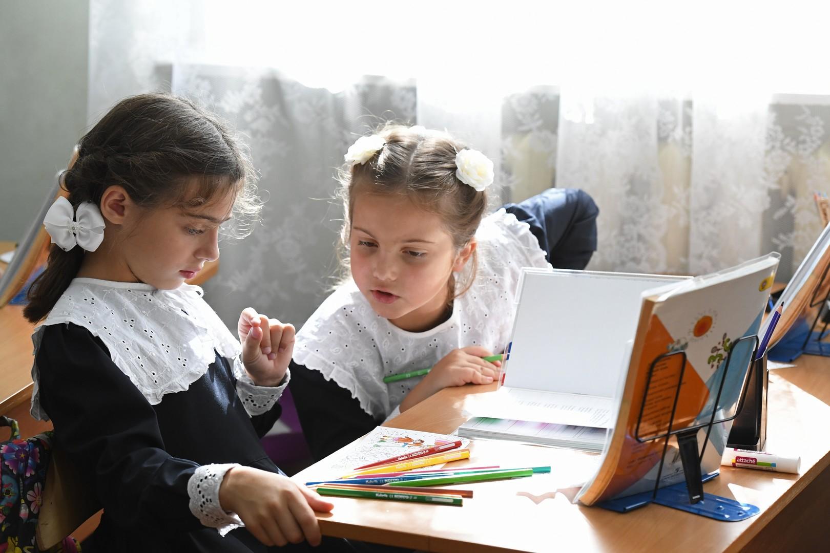 Ученицы на занятии в Православной Свято-Петровской школе в Москве в День знаний