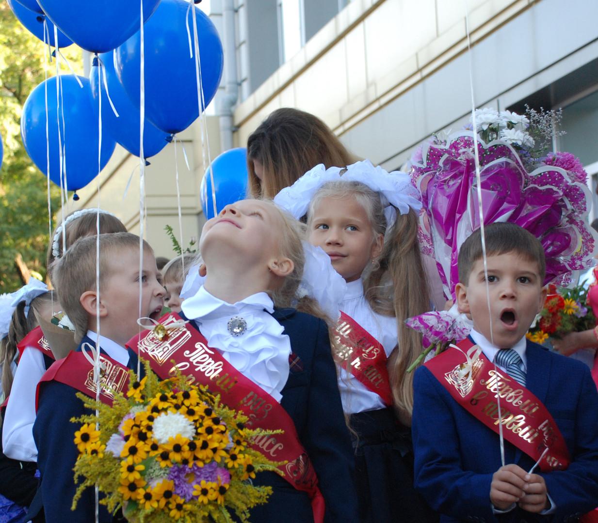Первоклассники на праздничной линейке в школе № 2 города Донецка в День знаний
