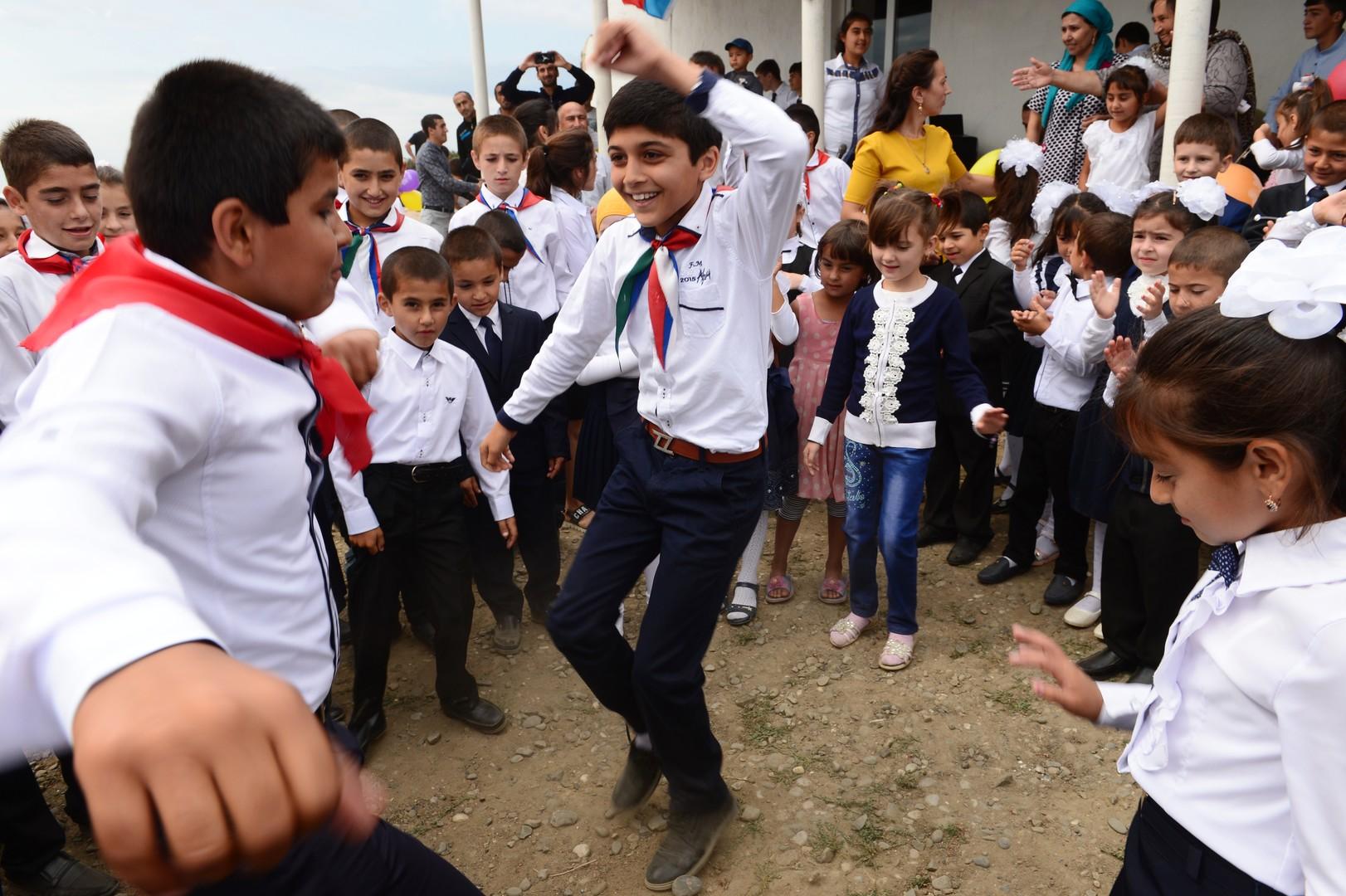 Школьники из Дербентского района Дагестана на праздничной линейке в День знаний