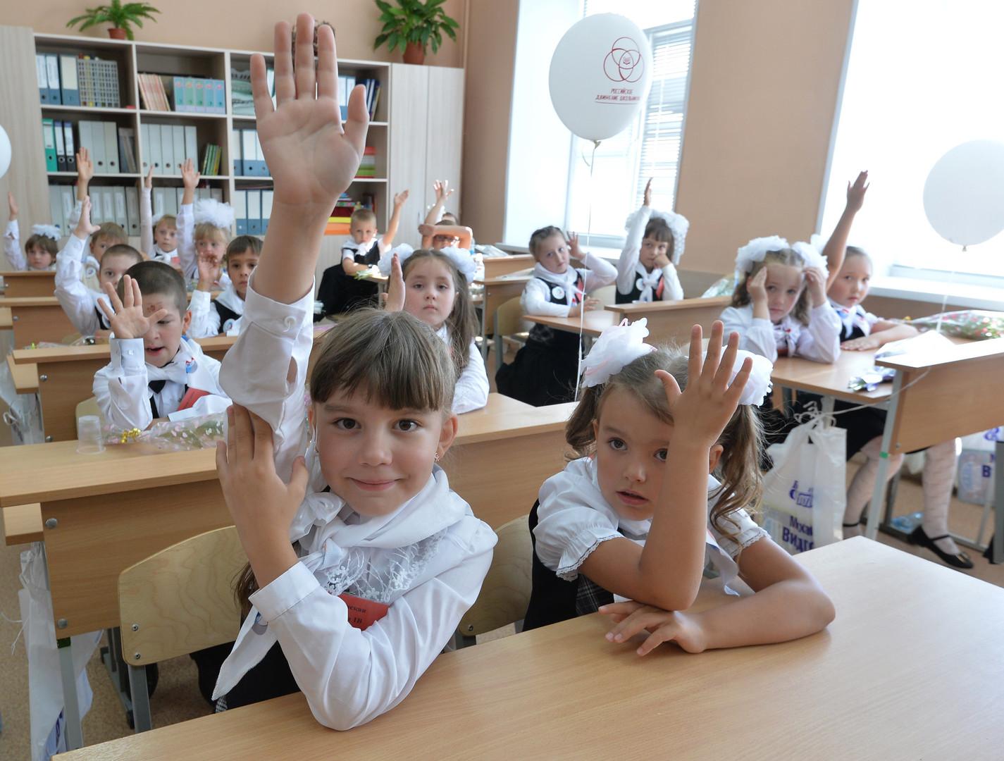 Первоклассники школы № 107 города Челябинска на уроке в День знаний.