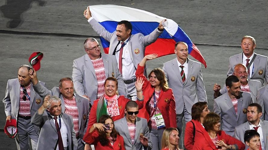 МПК отозвал аккредитацию у белоруса, развернувшего флаг России на Паралимпиаде