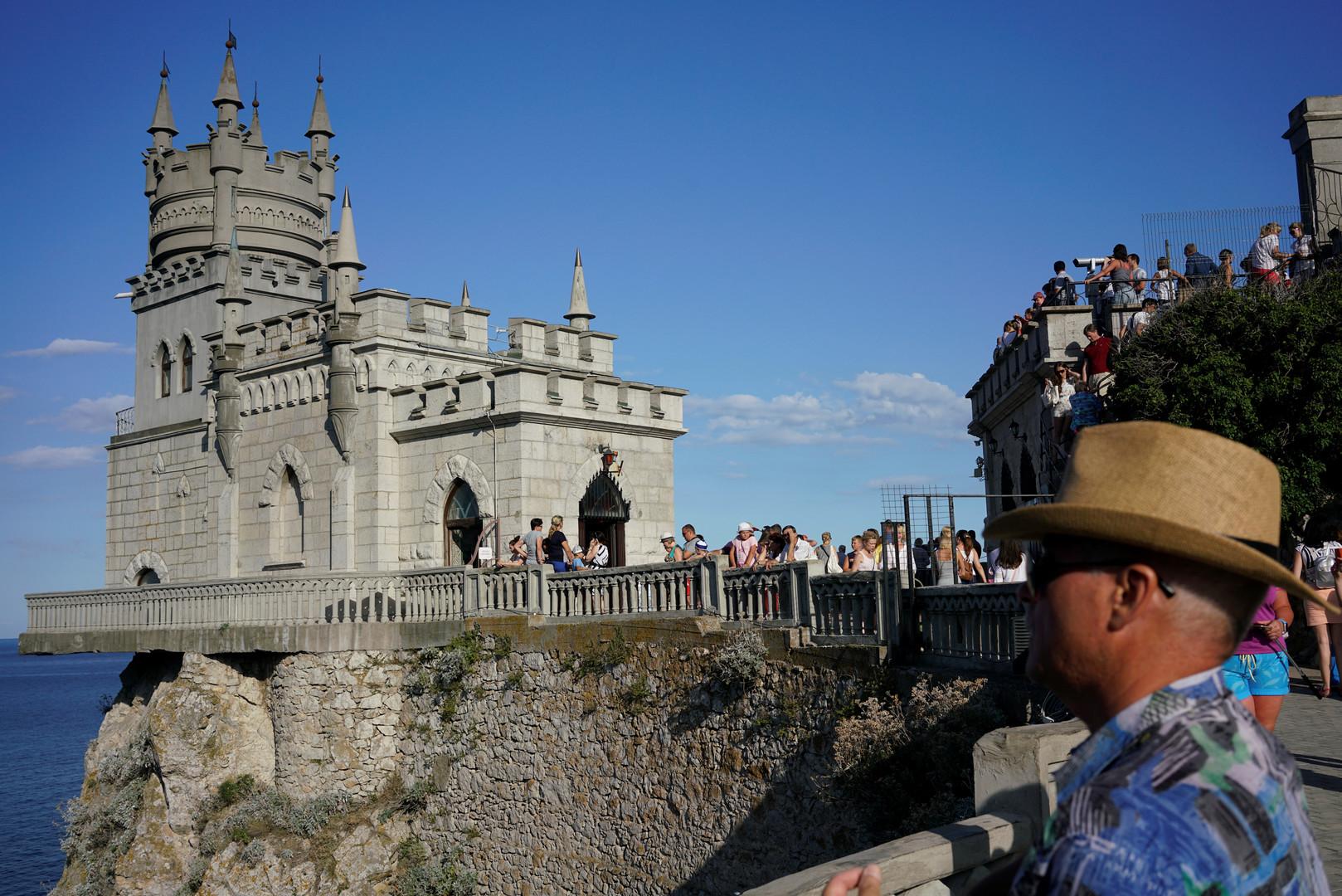 В Крым прибыла первая официальная группа китайских туристов