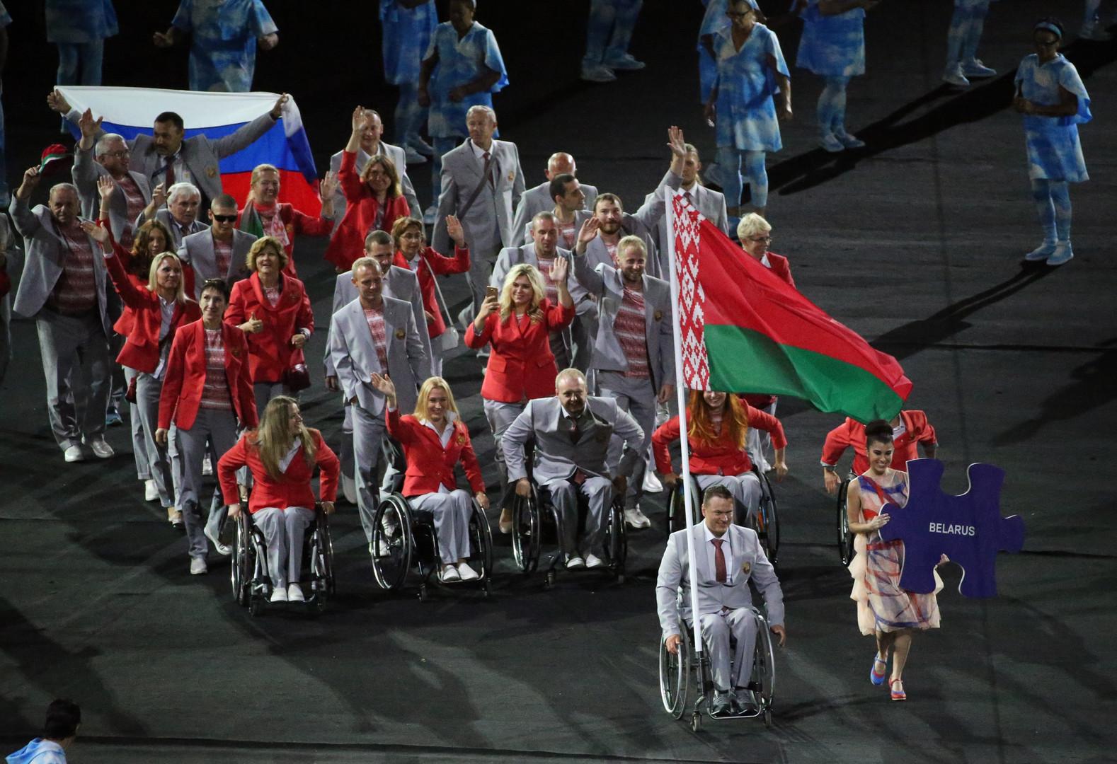 Сотрудник Министерства спорта и туризма Белоруссии Андрей Фомочкин пронёс флаг России на открытии Паралимпиады в Рио