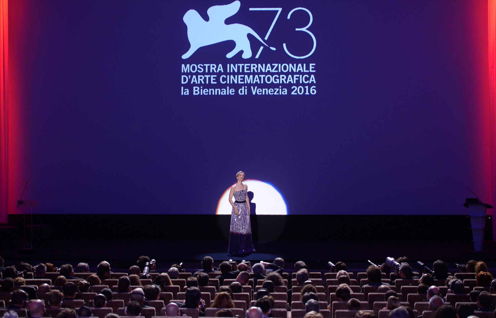 Церемонию награждения фестиваля вела итальняская актриса Соня Бергамаско.