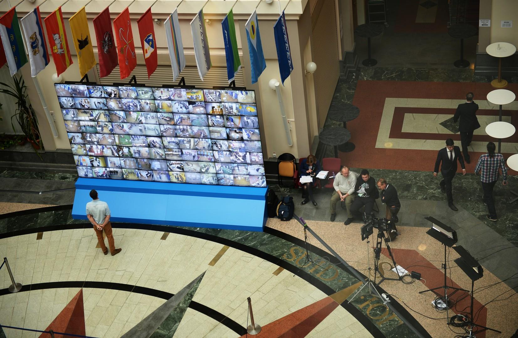 Трансляция изображений с камер наблюдения, установленных на избирательных участках, на мониторе в Центральной избирательной комиссии в единый день голосования.