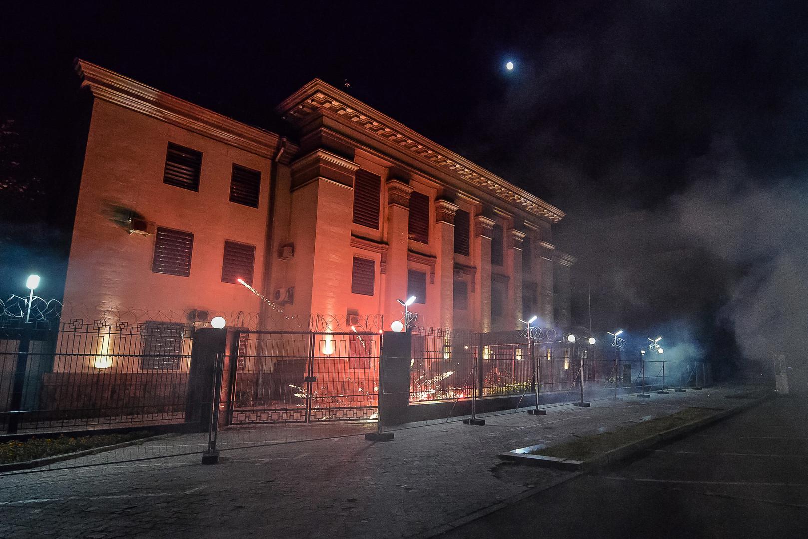 Неизвестные напали на посольство России в Киеве