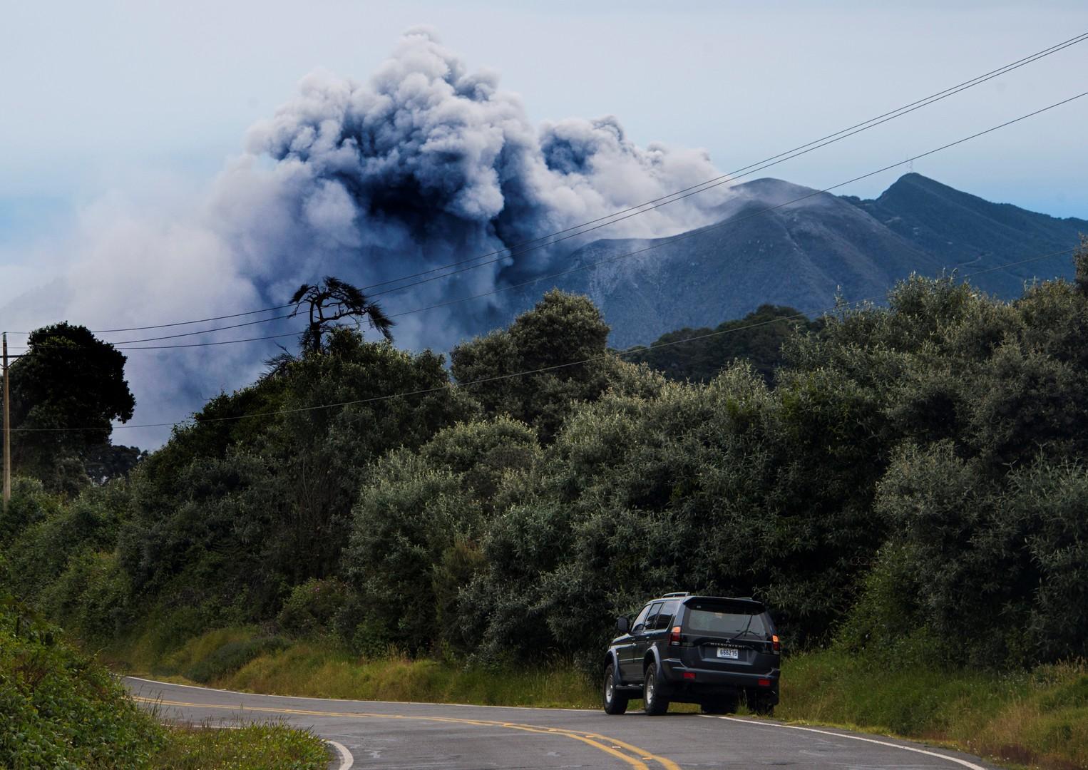 Вид на вулкан Турриальба в городе Картаго. Власти страны приостановили работу главного аэропорта страны после сильного извержения вулкана.