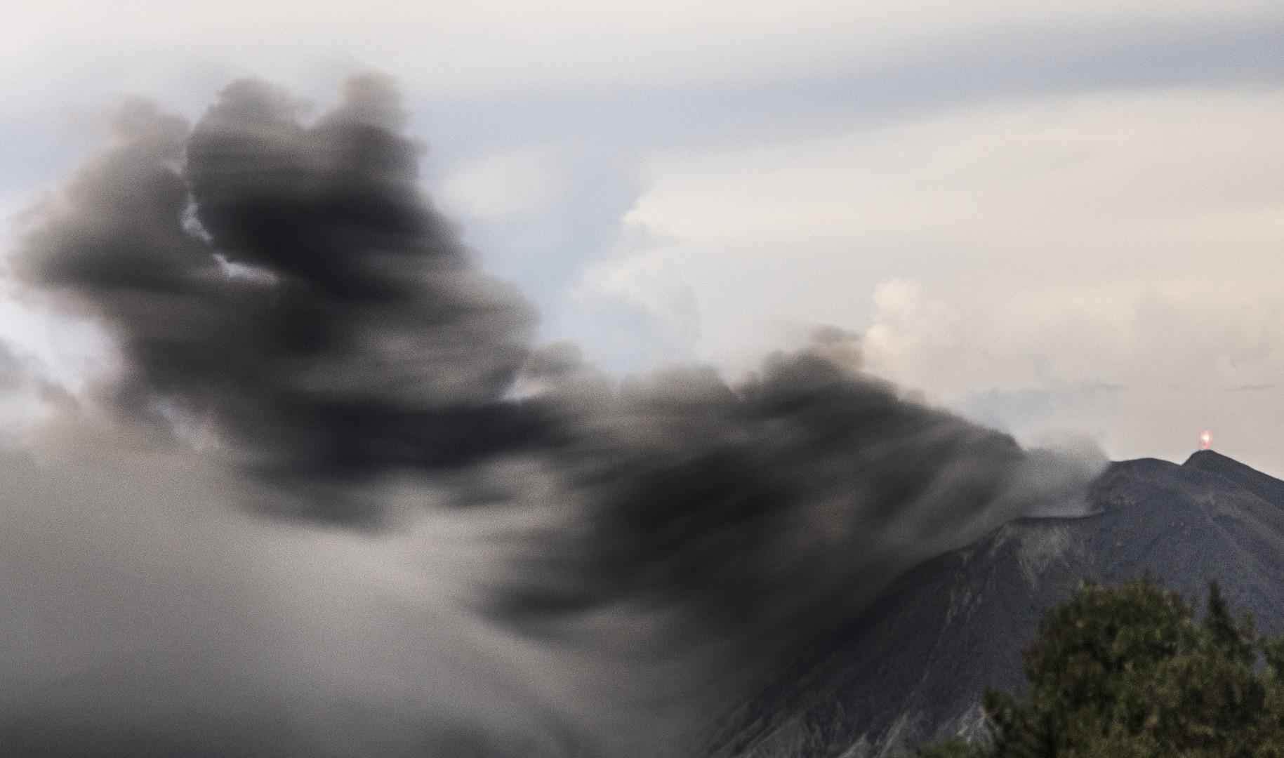 Столб вулканического пепла, застывший в воздухе после извержения Турриальбы.