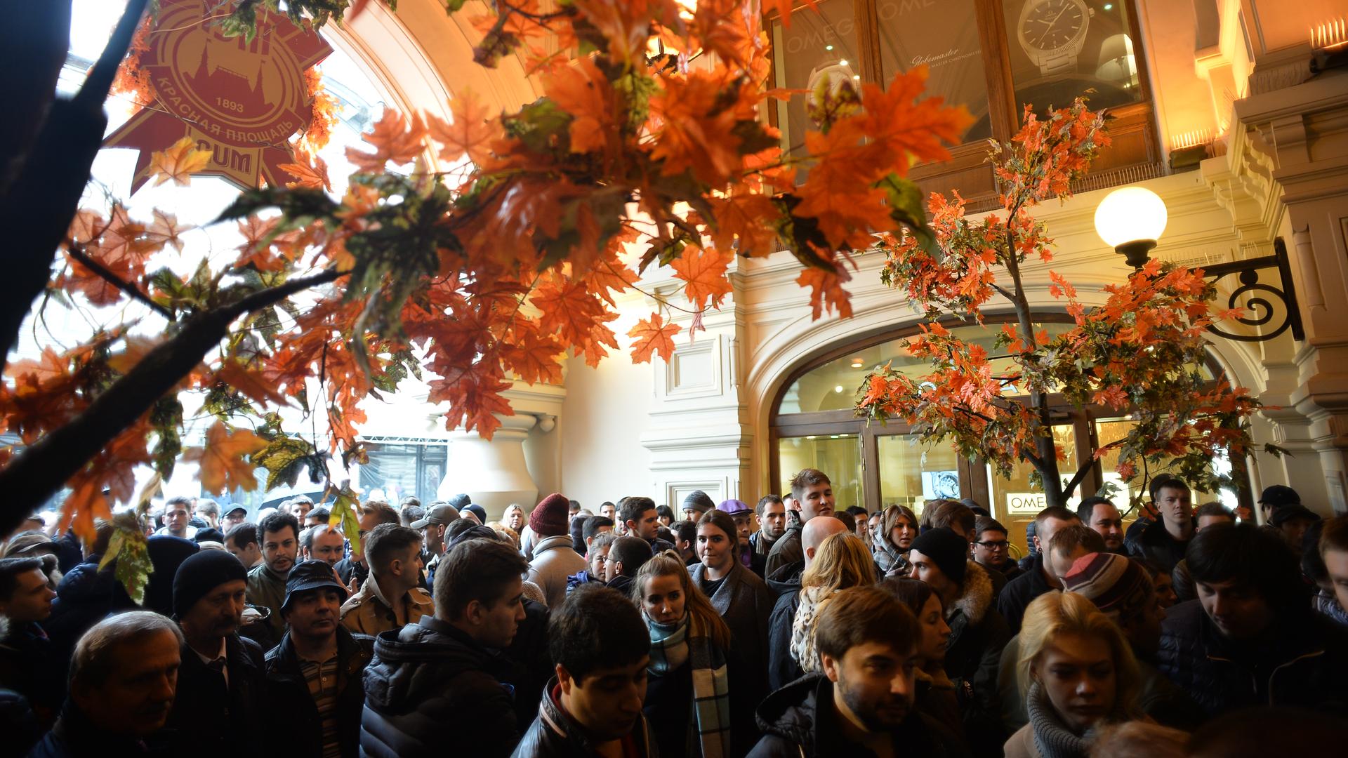 Сотни людей собрались на Красной площади в ожидании старта продаж iPhone 7