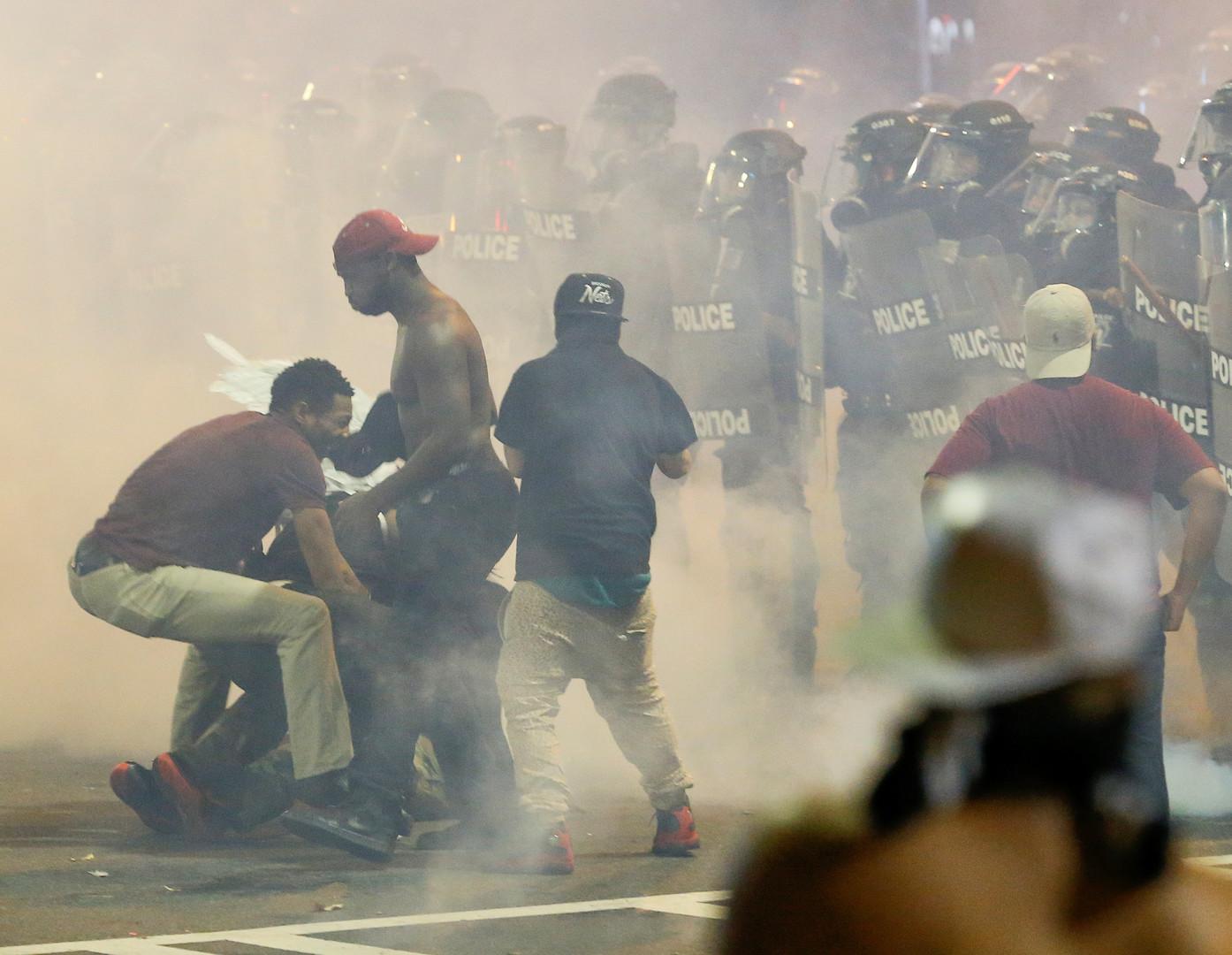 Полиция применила слезоточивый газ против участников протестов в городе Шарлотт американского штата Северная Каролина.
