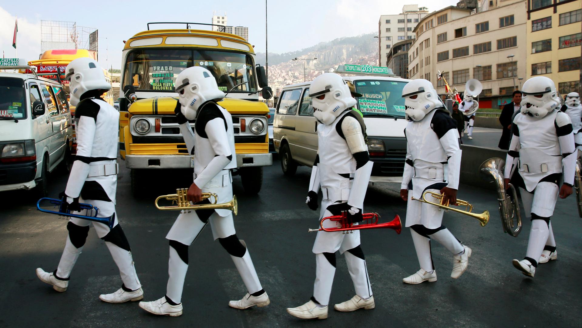Школьный музыкальный коллектив переоделся в костюмы героев «Звёздных войн» для выступления на площади города Ла-Пас в Боливии.