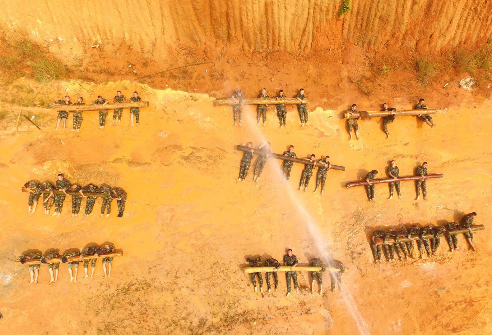 Военные учения в округе Наньнин на юге Китая.