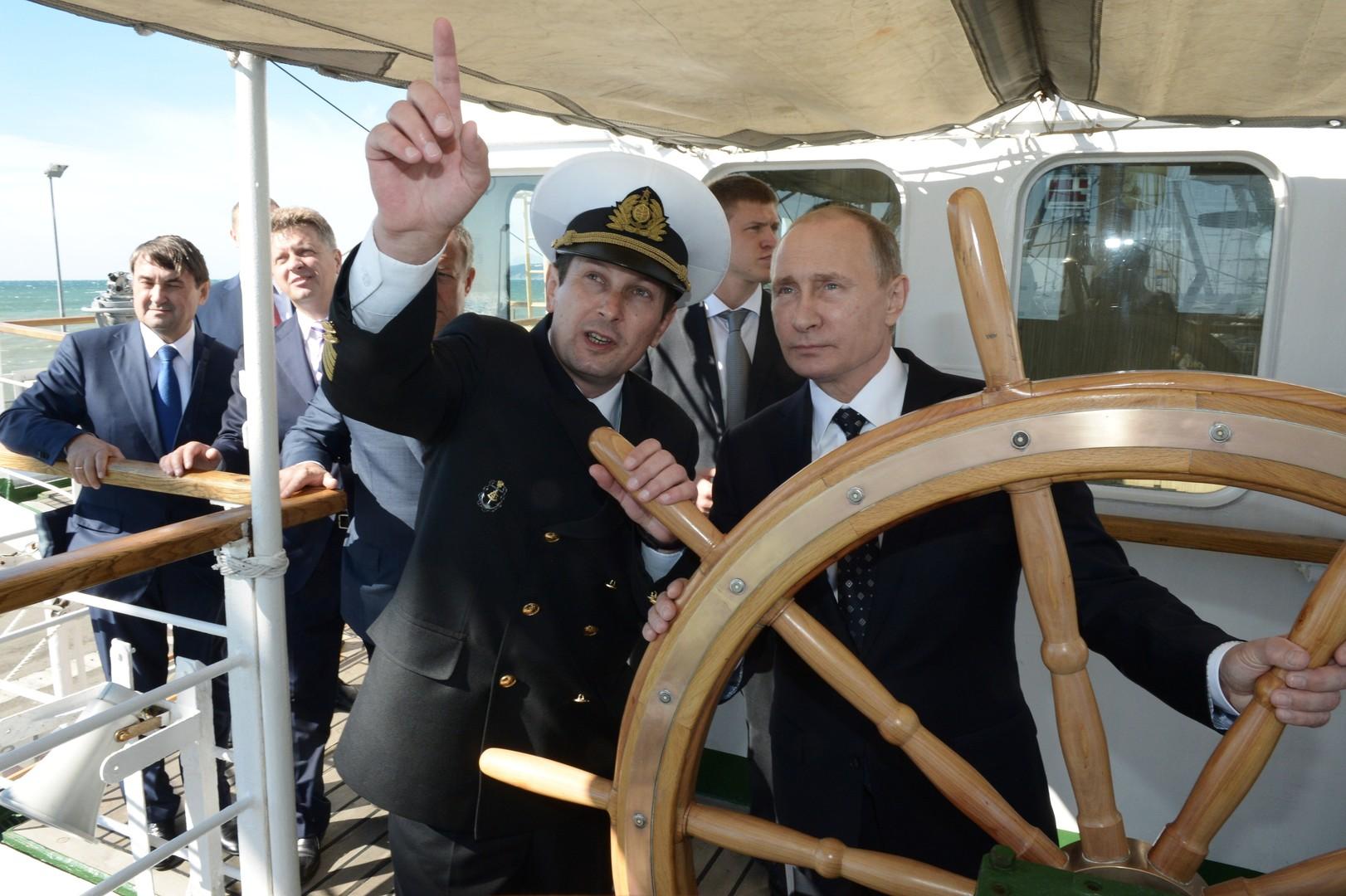 Владимир Путин за штурвалом парусного судна «Надежда» в Сочи.