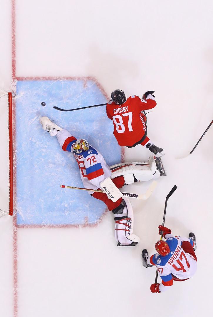 Сидни Кросби забивает шайбу в первом периоде матча против России в полуфинале Кубка мира в Торонто.