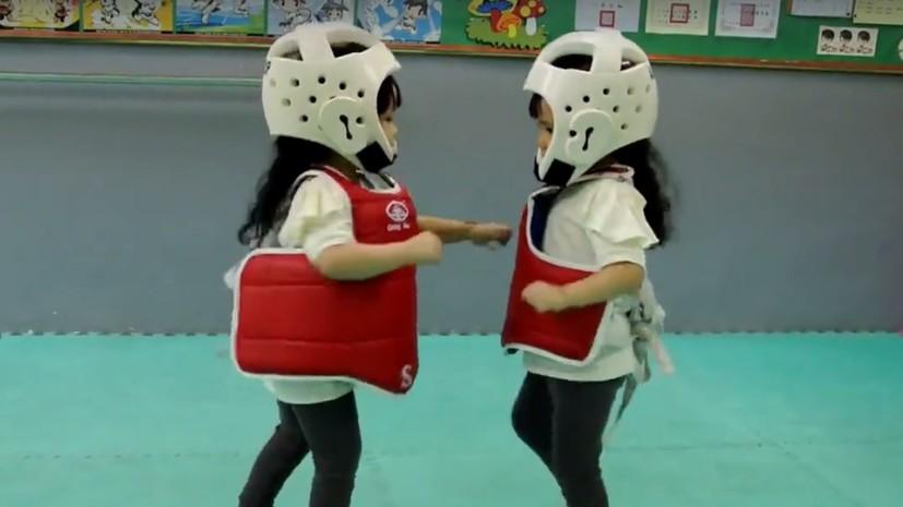 Маленькие сёстры-близнецы осваивают тхэквондо