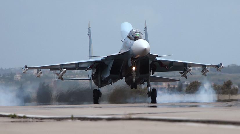 Российский самолет совершает посадку на авиабазе в Сирии