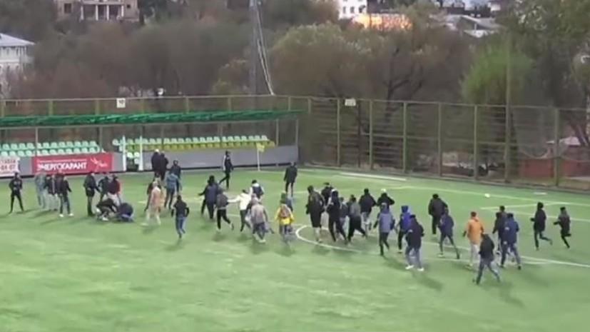 Футбол — не главное: фанаты устроили драку на поле стадиона во Владимире во время матча