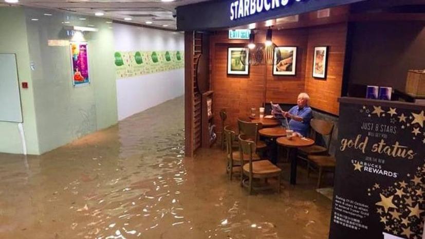 Китайский дедушка, пьющий кофе в затопленном Starbucks, стал мемом