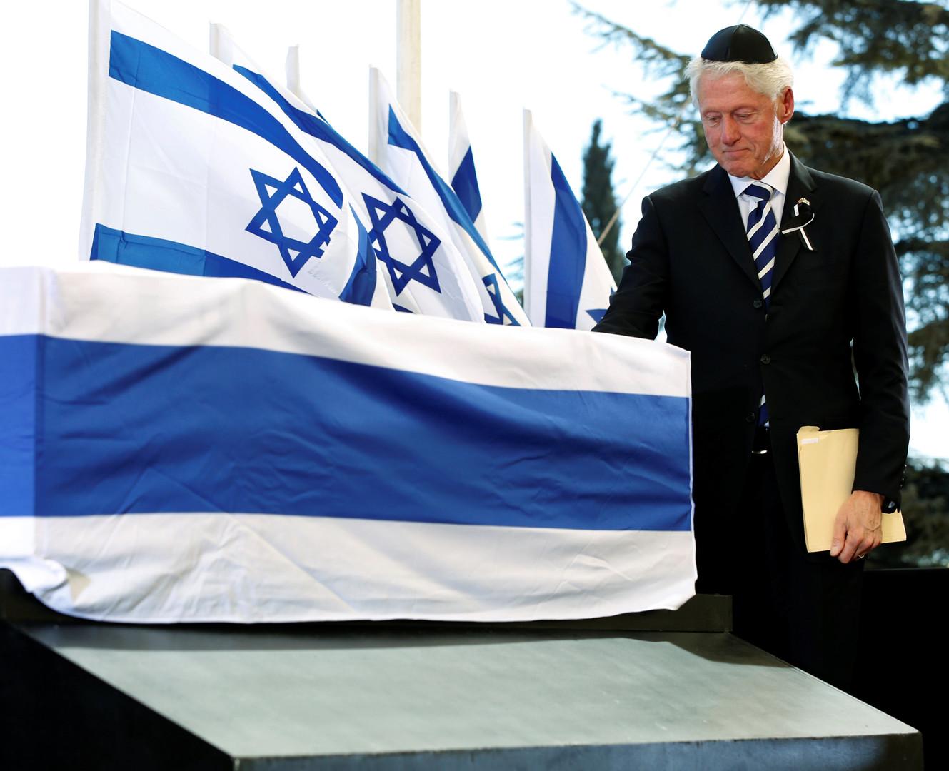 Билл Клинтон на церемонии прощания с бывшим президентом Израиля Шимоном Пересом, скончавшимся 28 сентября в возрасте 93 лет.