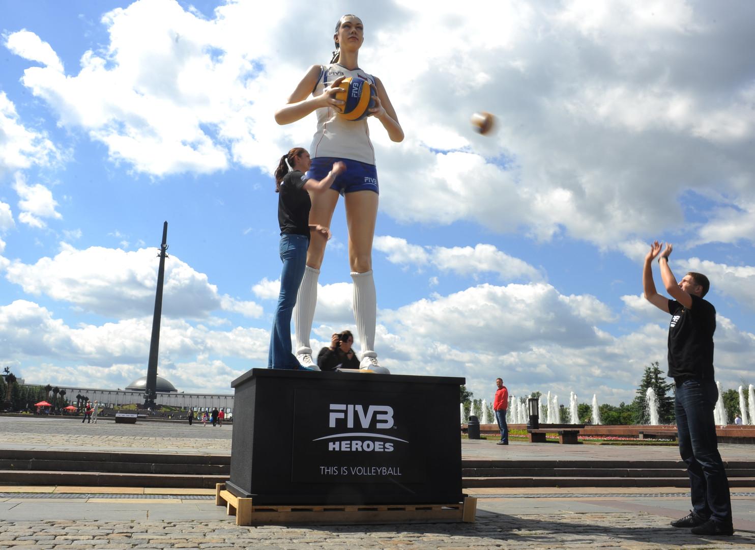 Волейболисты Екатерина Гамова и Максим Михайлов играют в мяч на церемонии открытия статуи Екатерины Гамовой на Поклонной горе в Москве.