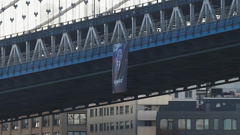 Баннер в Нью-Йорке, письмо из Рашки и шоколад: как в этом году поздравляют Путина