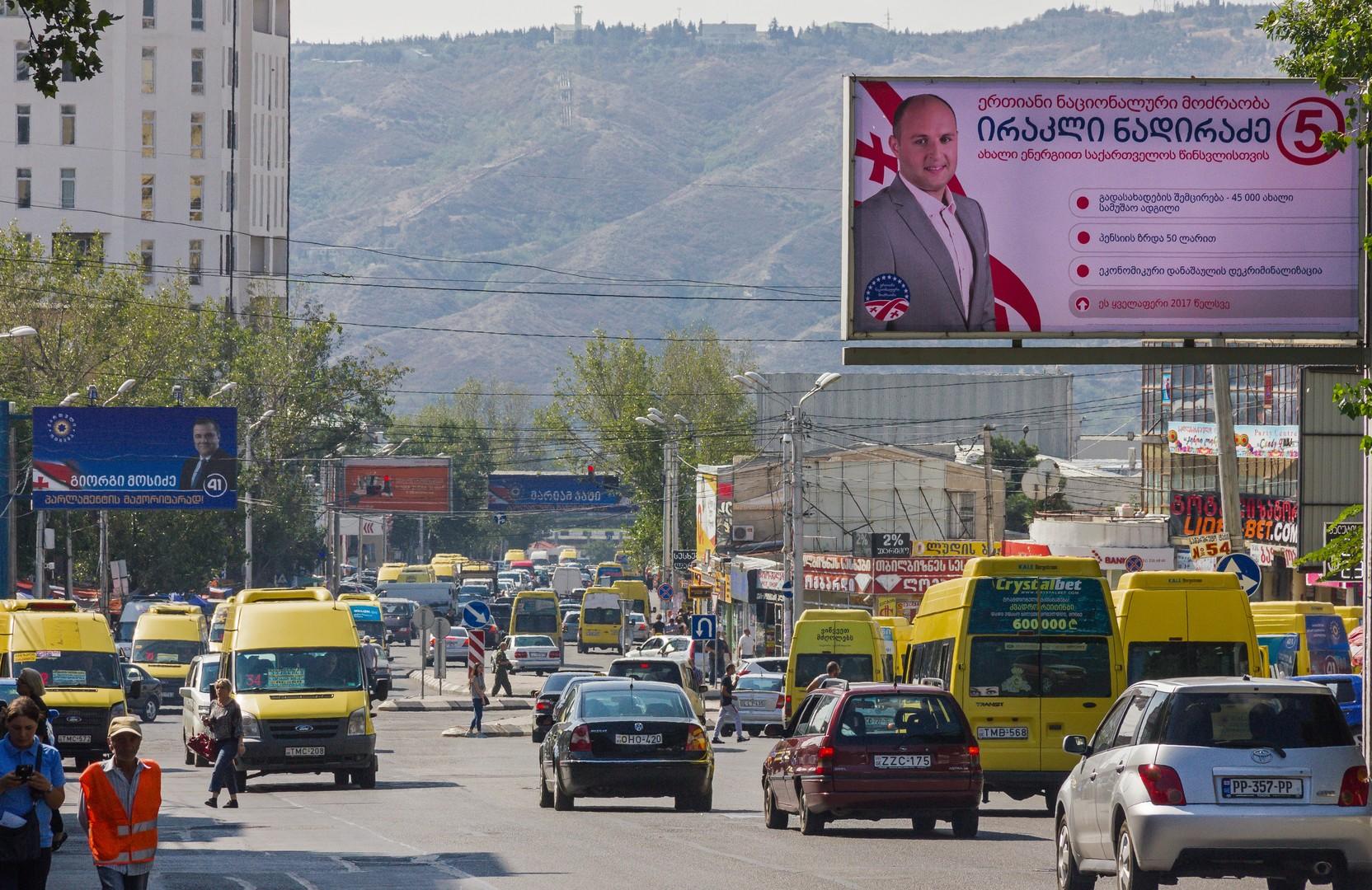 Предвыборные плакаты партий «Грузинская мечта» (слева) и «Единое национальное движение» (справа) в Тбилиси.