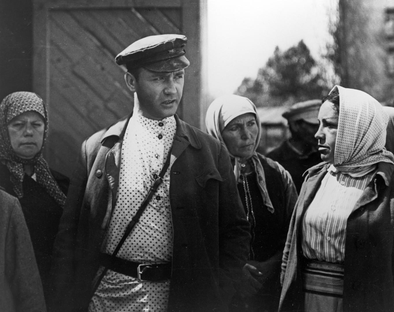 Кадр из художественного фильма «Гори, гори, моя звезда», снятого режиссёром Александром Миттой в 1970 году на киностудии «Мосфильм». В роли комиссара — Леонид Куравлёв.
