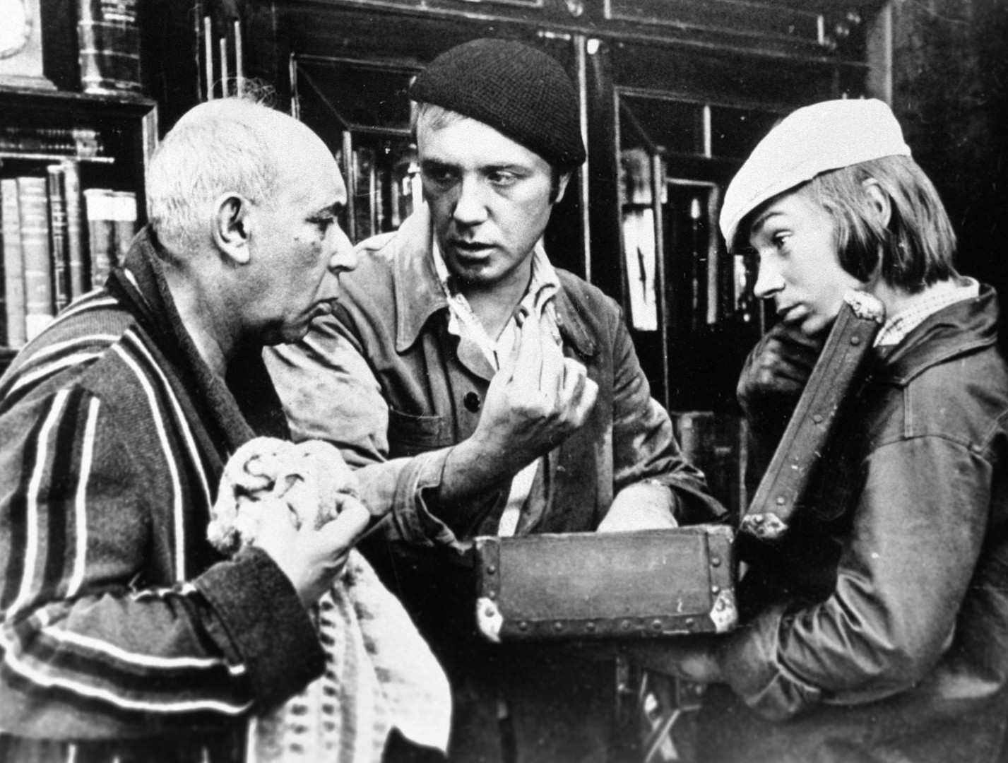 Актёр Готлиб Ронинсон (слева) и Леонид Куравлёв (в центре) в фильме режиссёра Г. Данелия «Афоня».
