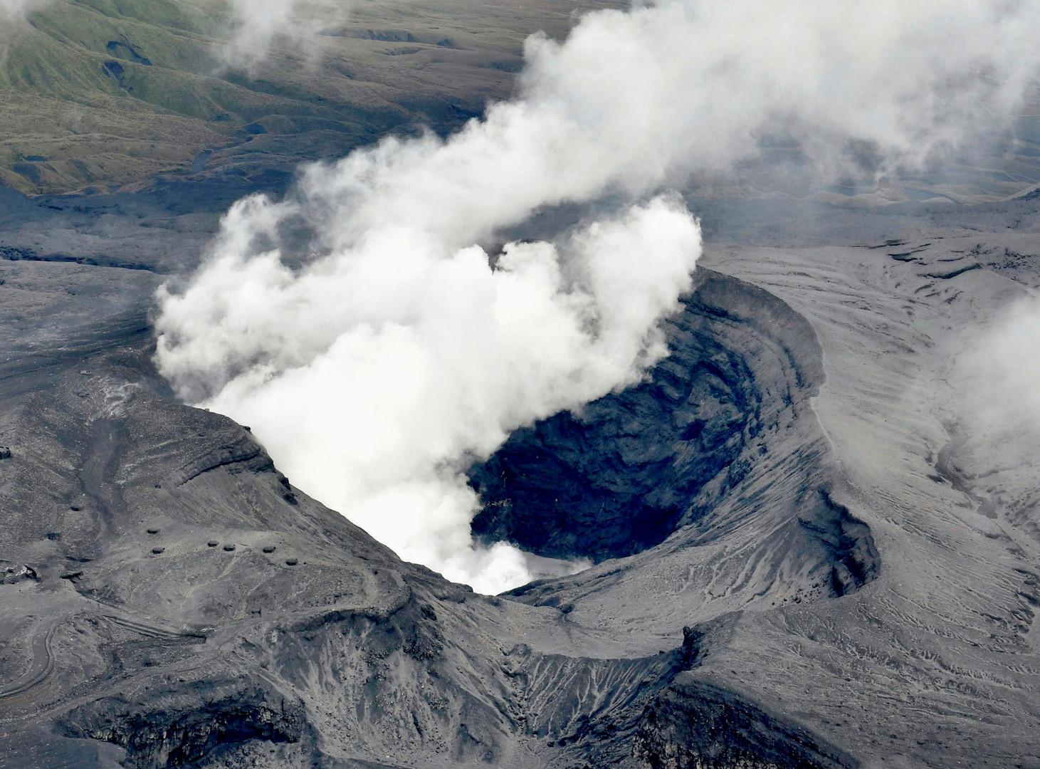 Извержения вулкана Асо в префектуре Кумамомто на юго-западе Японии.