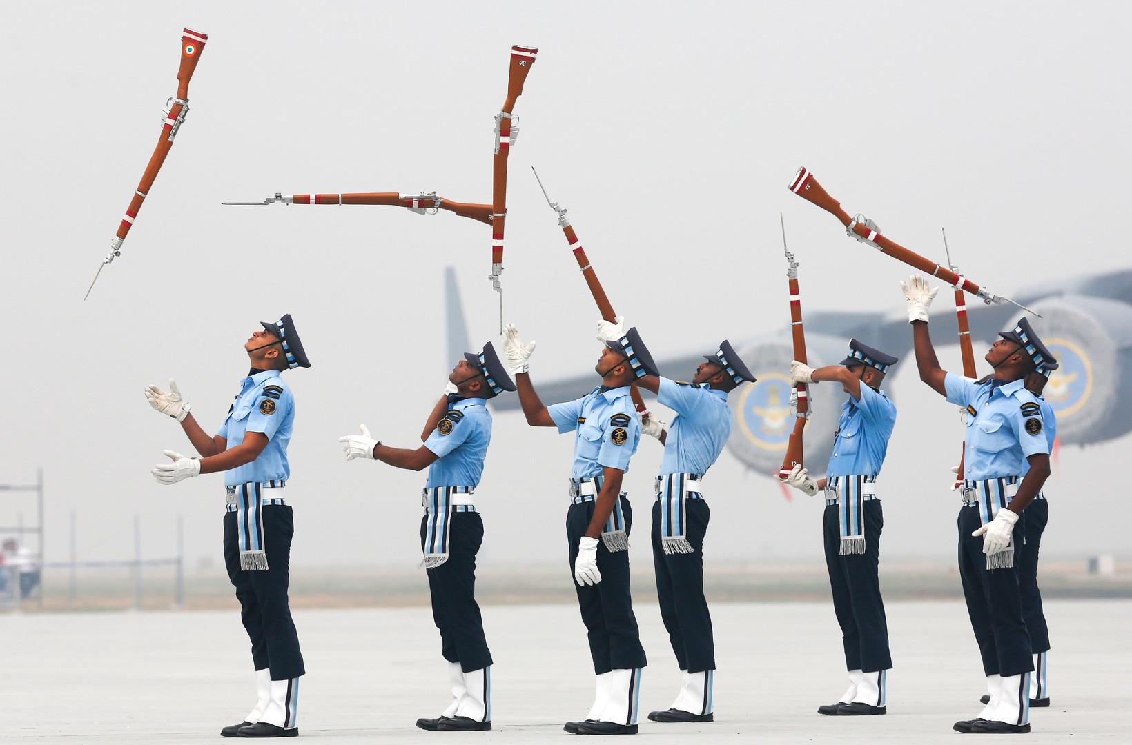 Служащие ВВС Индии готовятся к торжественному параду на базе Хиндон в Нью-Дели.