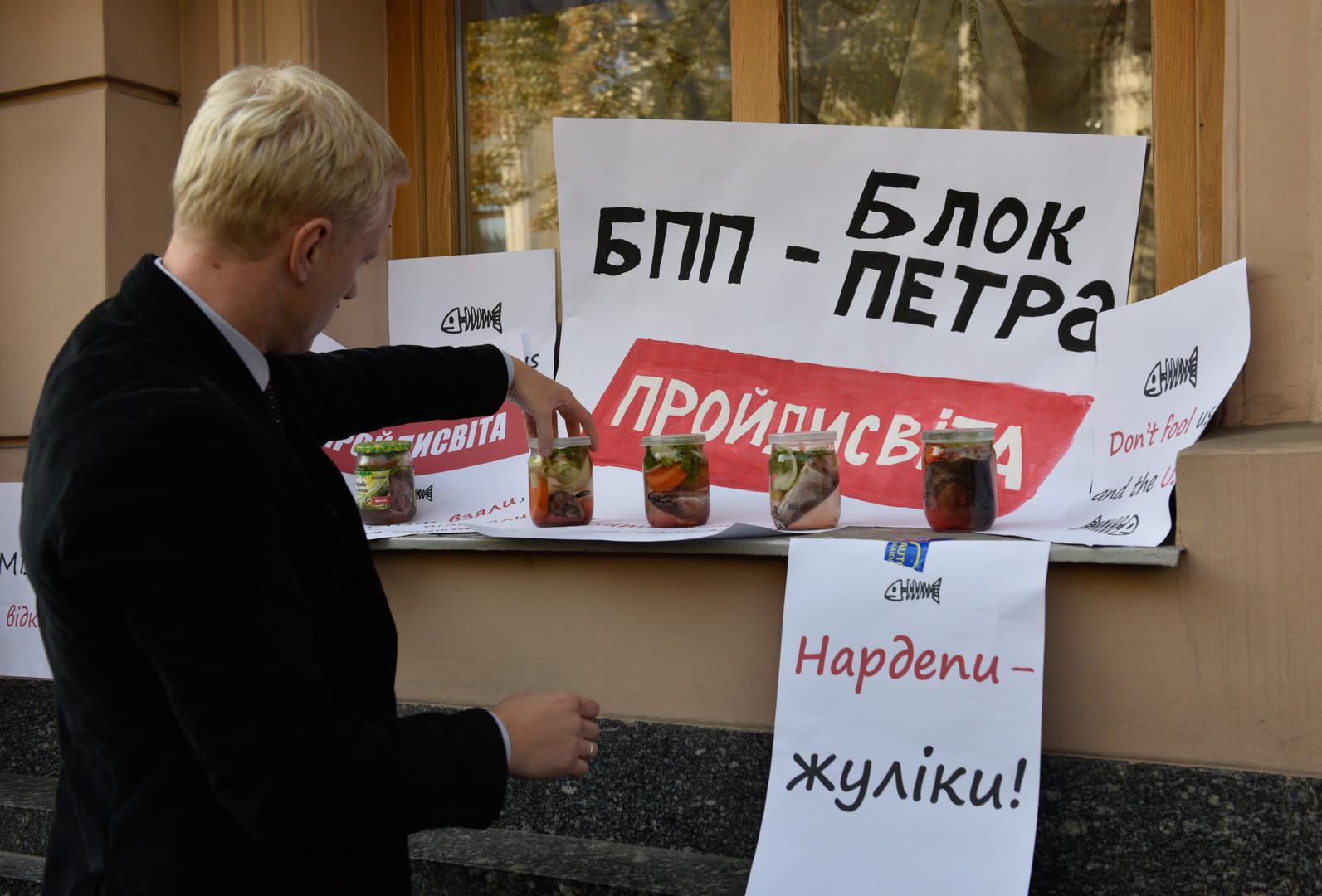 Руководитель Центра противодействия коррупции Виталий Шабунин во время акции против коррупции у здания Верховной рады в Киеве.