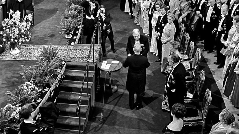 Король Швеции Густав VI Адольф вручает Михаилу Шолохову почетный диплом и медаль Нобелевского лауреата