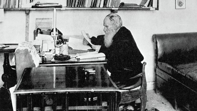 Лев Толстой в своем рабочем кабинете