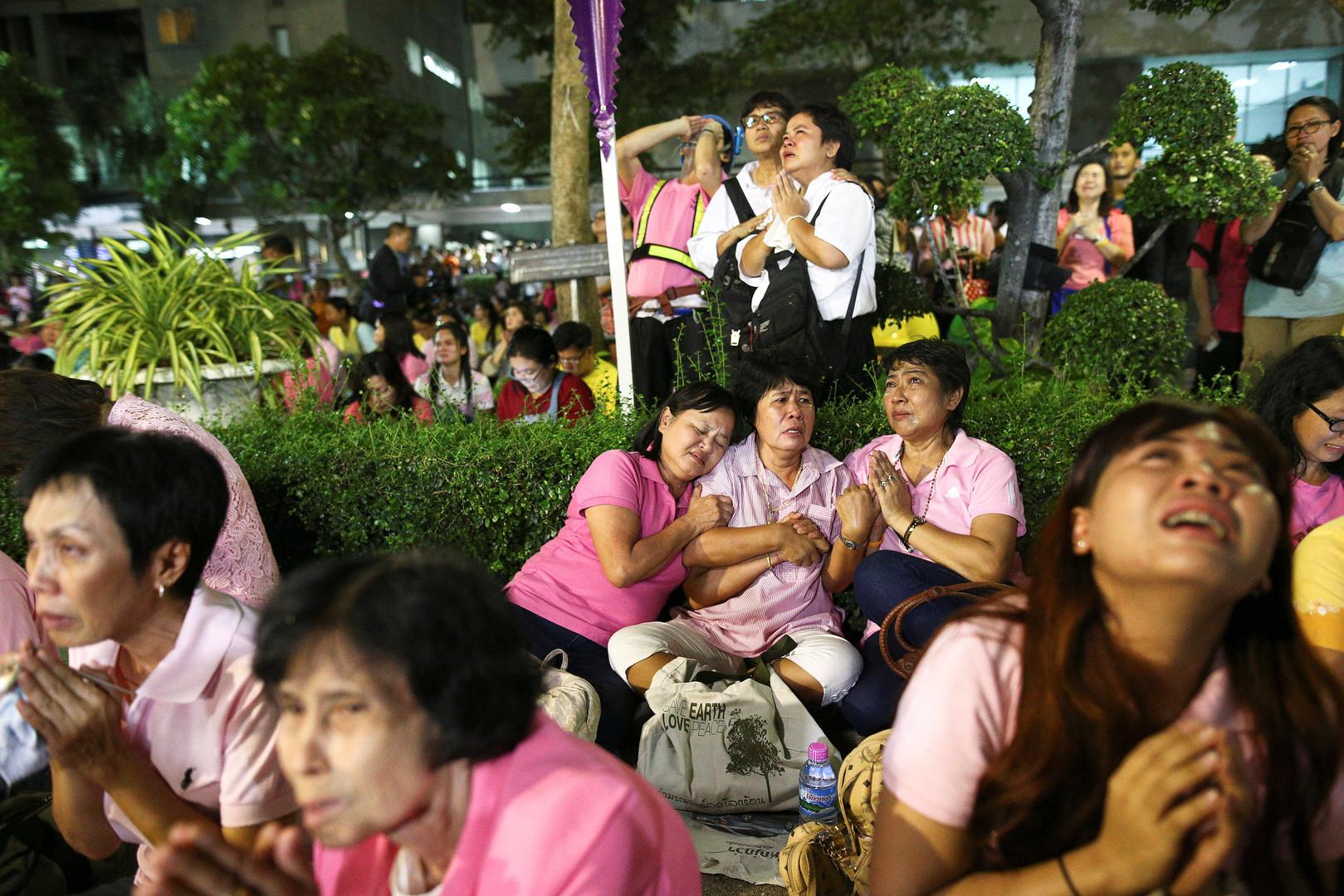 Гражданам Таиланда официально сообщили о том, что король Пхумипон Адульядет скончался в госпитале Сирират в Бангкоке.
