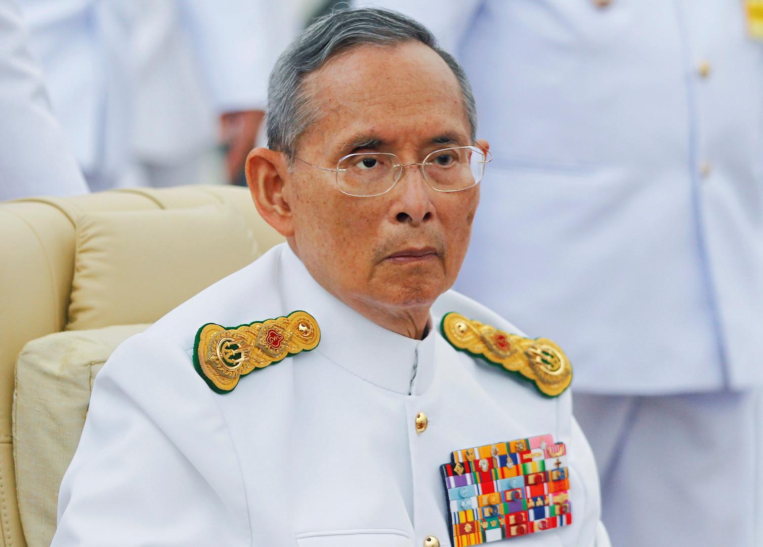 Король Пхумипон Адульядет председательствует на церемонии открытия памятник королю Раме  VIII в Бангкоке в июне 2012.