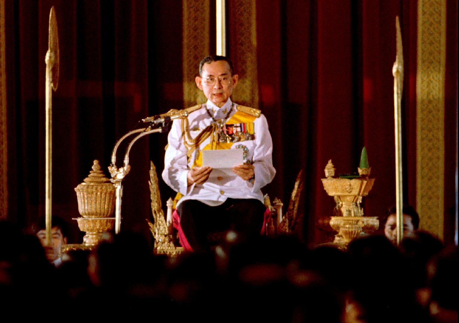 Пхумипон Адульядет зачитывает постановление на заседании парламента перед 391 новыми членами в тронном зале Ананда-Самакхом в июне 1995 года.